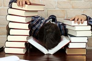 Mann vor Erschöpfung eingeschlafen, Bücher